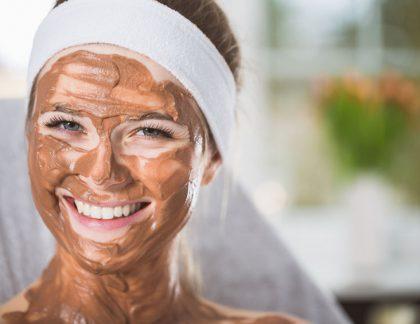 Žena s čokoládovou maskou na tvári