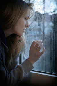 žena v depresii pri okne