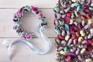 345d4679391 Najatraktívnejším prvkom pri príprave účesov počas tohto roka sú  jednoznačne čelenky z kvetov