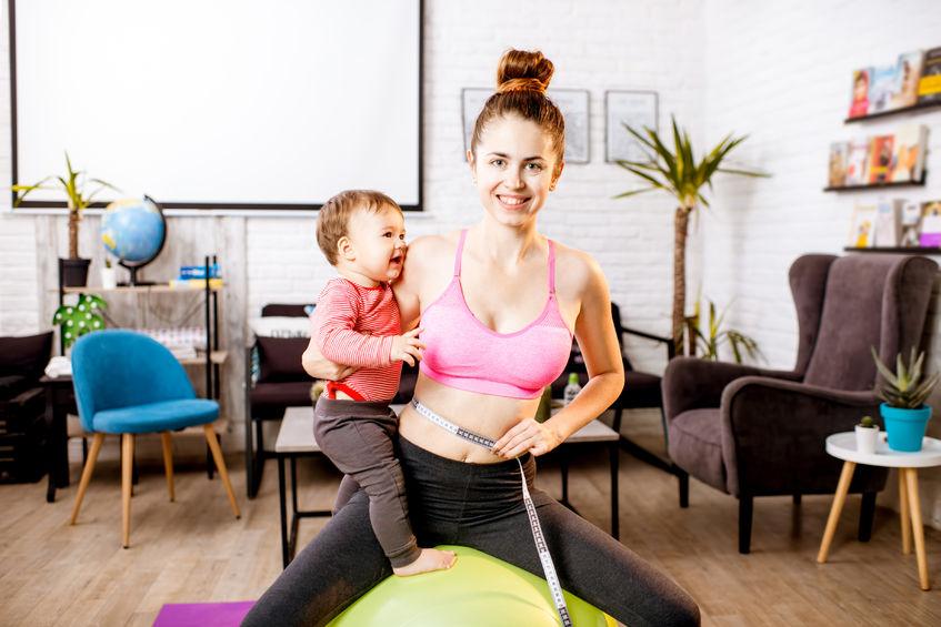 cvičenie aj spolu s dieťaťom je účinný spôsob, ako sa po pôrode dostať späť do formy