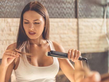 Žehlenie vlasov spôsobuje poštiepené končeky