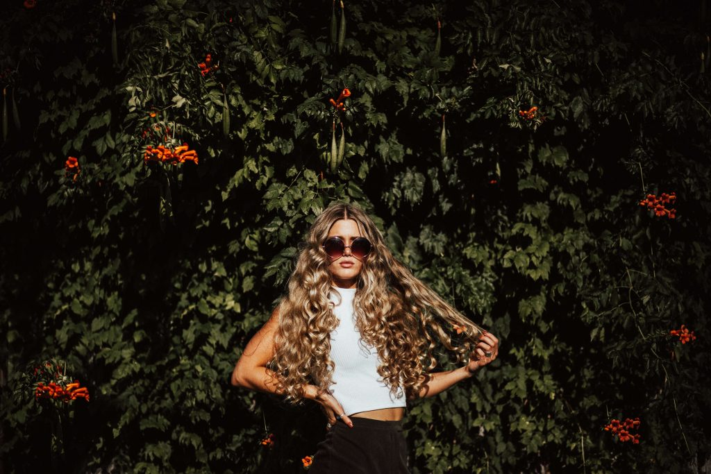 Blondínka s dlhými kučeravými vlasmi