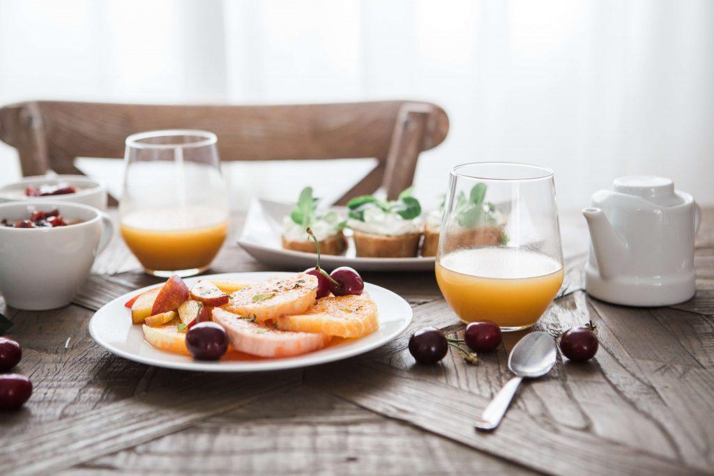 chutné raňajky, ovocná šťava