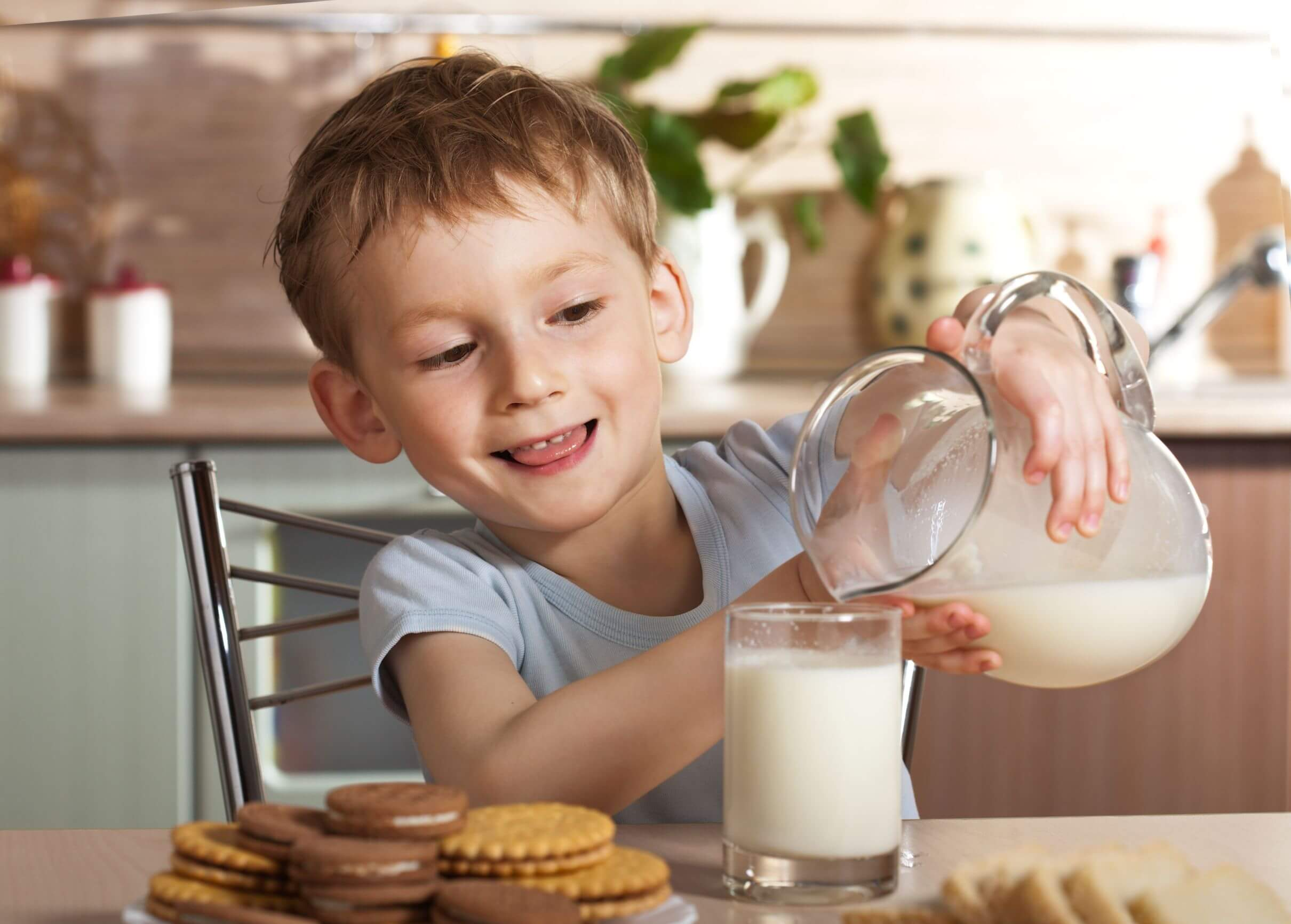 Chlapec si nalieva mlieko do pohára