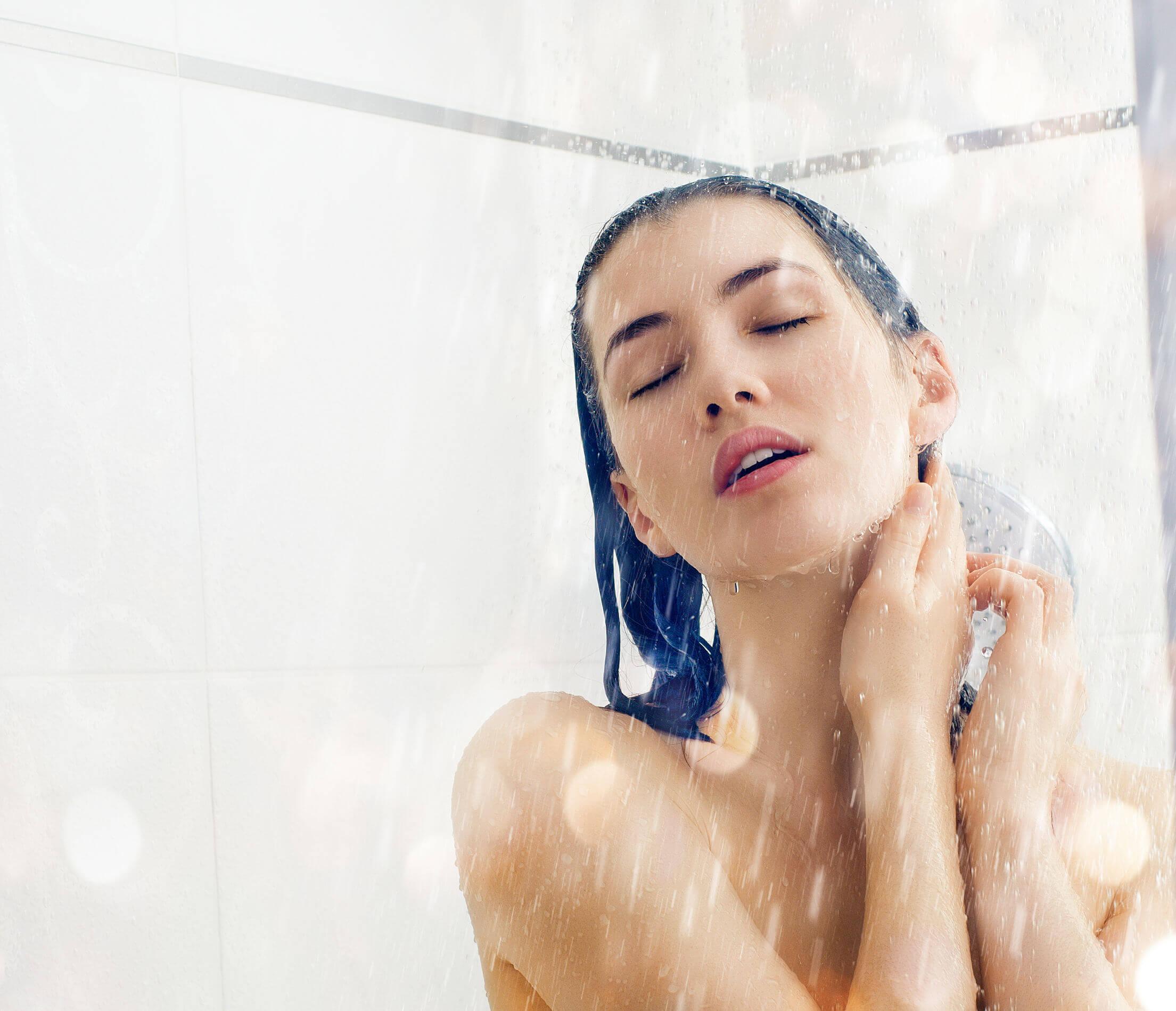 Krásna žena sa sprchuje