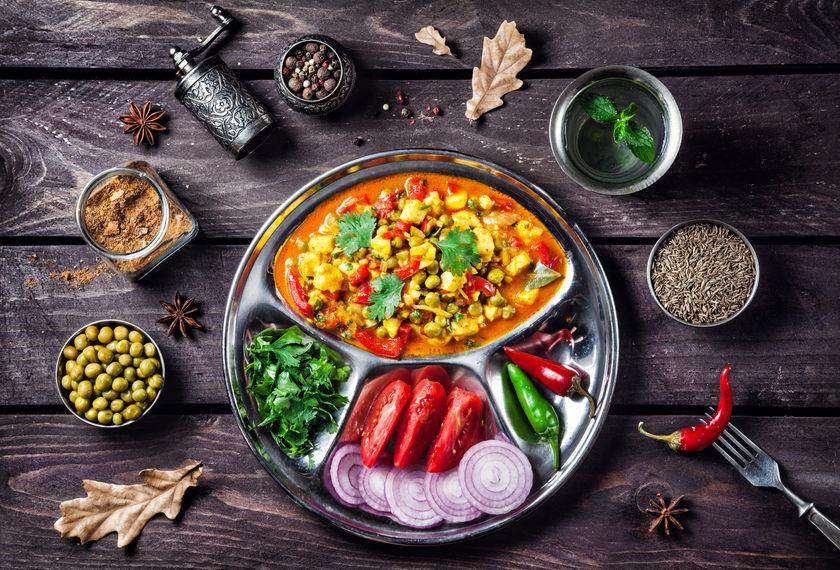 cudzokrajné jedlo vo viacerých miskách