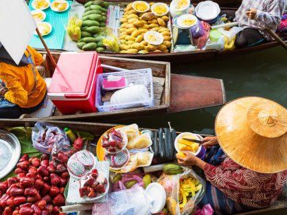 Tradičný lodný trh neďaleko Bangkoku, žena pripravuje jedlo