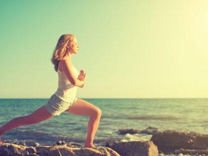 Žena cvičí pri mori