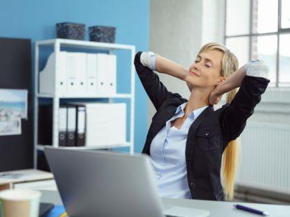 Žena cvičiaca v kancelárii