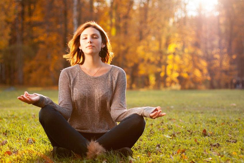 Žena medituje v lese