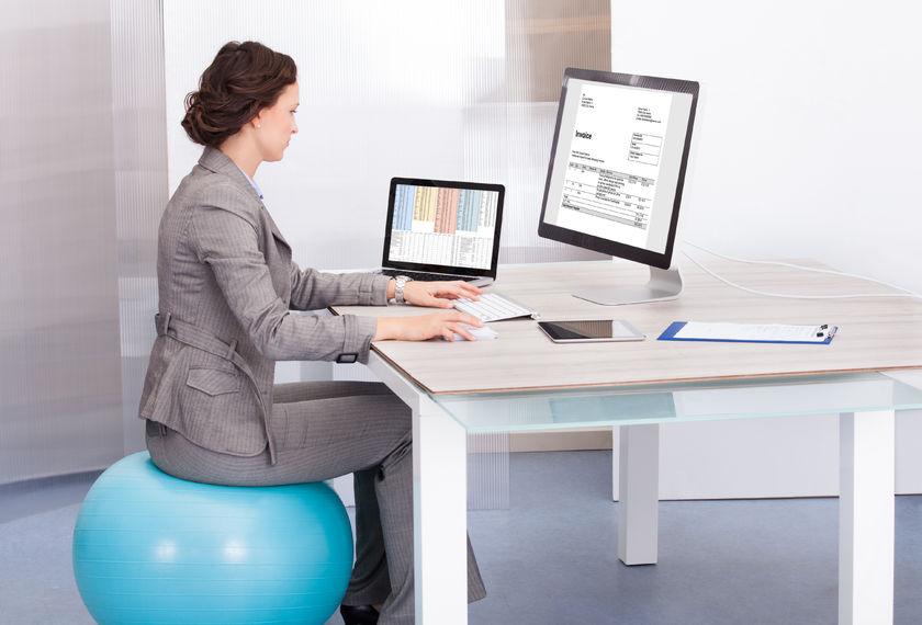 Sedenie na fitlopte pri práci