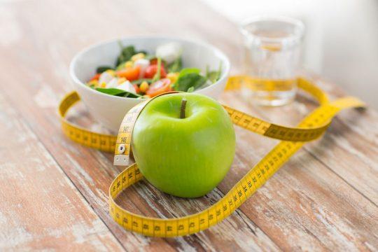 šalát, jablko, meter, zdravé jedlo na stole