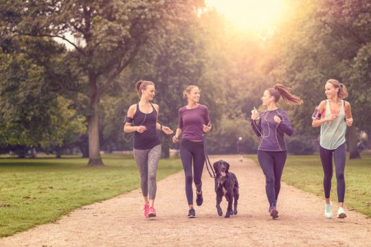Kamarátky v parku behajú so psom