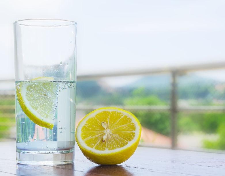 Pohár vody s citrónom