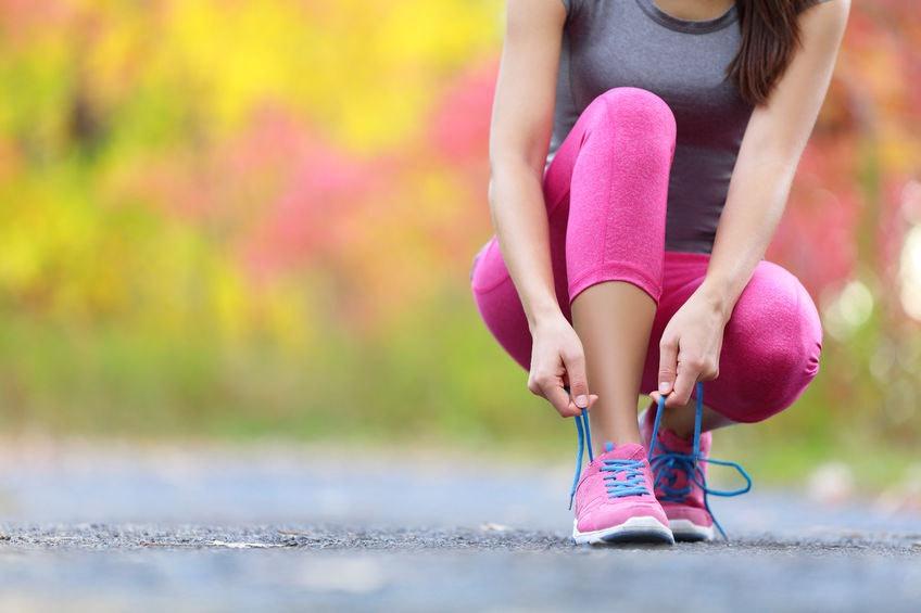 Žena si viaže šnúrky na topánkach