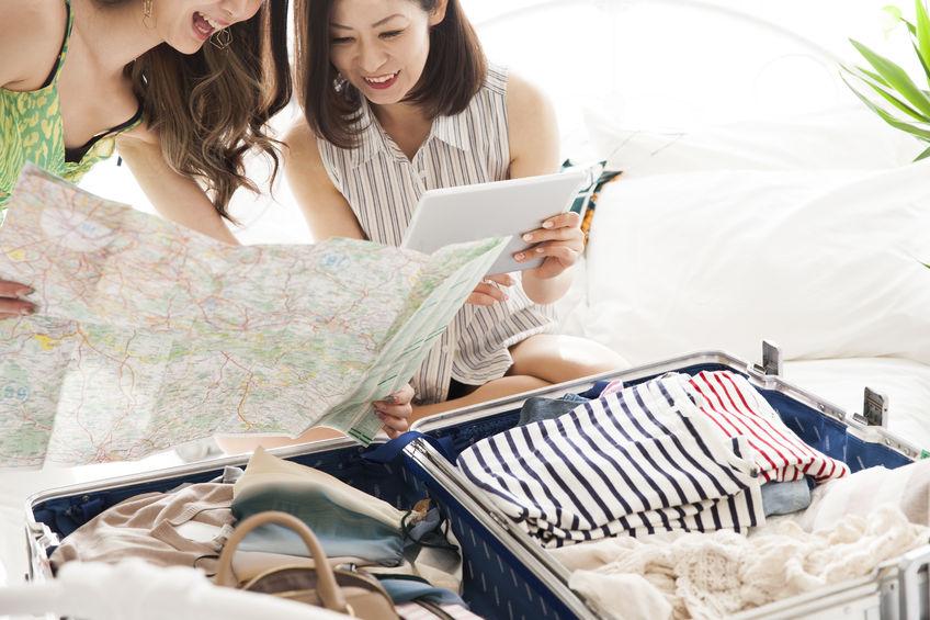 Dve mladé ženy sa balia na dovolenku