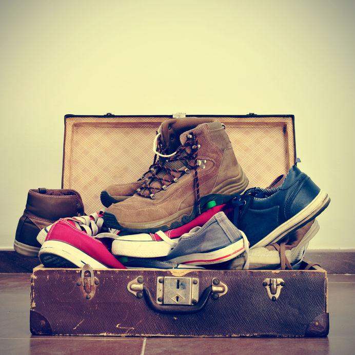 Kufor plný topánok - veci ktoré si nezbaliť na dovolenku