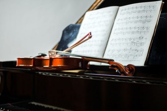 Klavír, husle, noty - Ako pripraviť dieťa do hudobnej školy - Wellness magazín