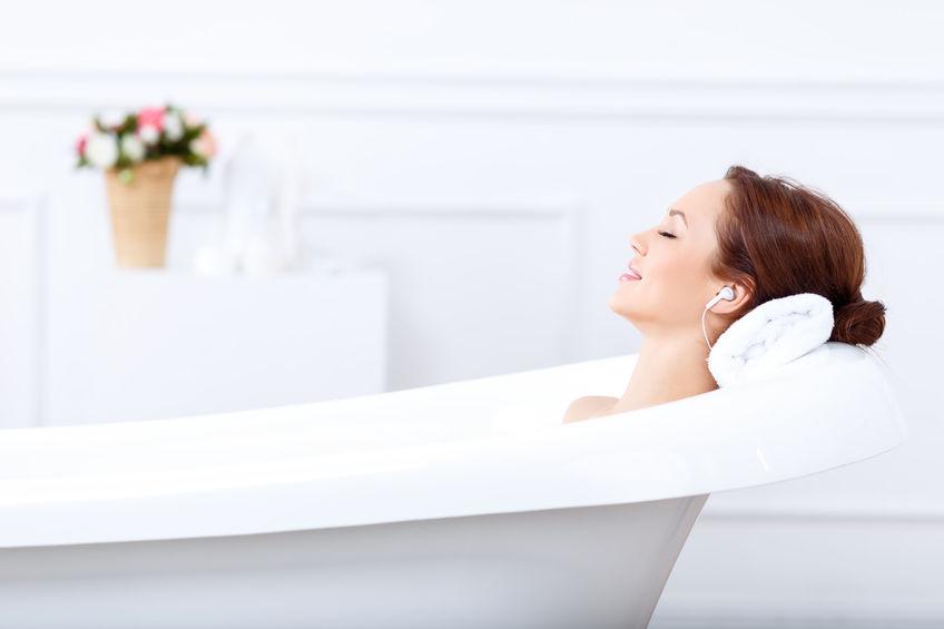 Žena relaxuje doma vo vani a počúva hudbu - Wellness Magazín