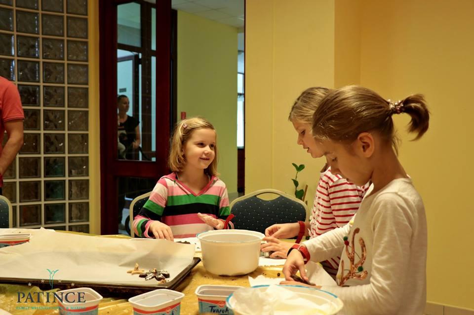 Deti pečú koláčiky na Mikuláša v Patinciach