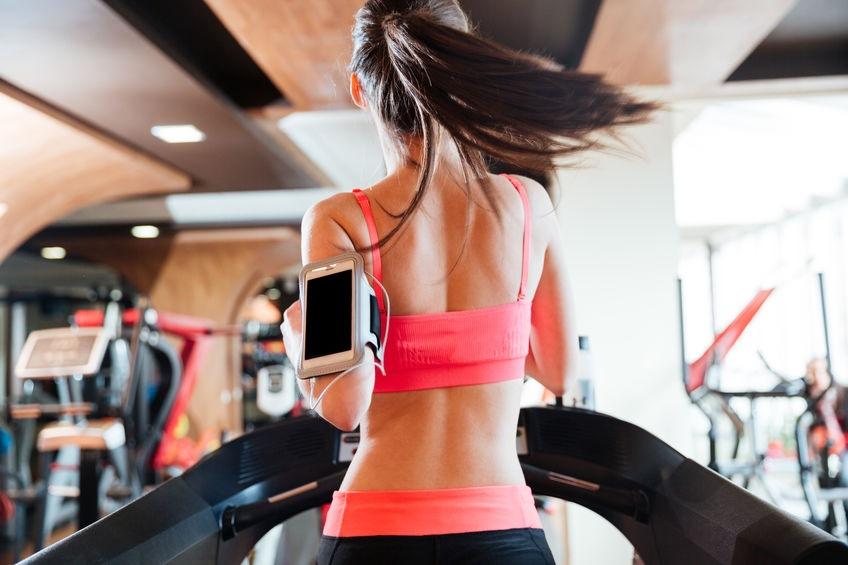 Žena behá na bežiacom páse vo fitku - Wellness Magazín