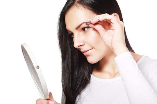 Mladá žena si upravuje obočie - Wellness magazín