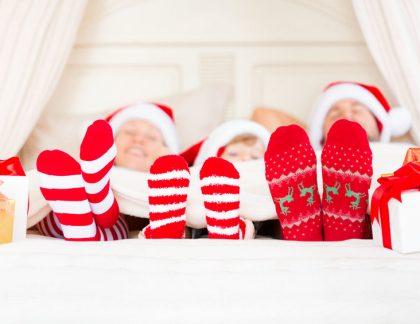 Rodina leží na vianoce v posteli - Wellness Magazín