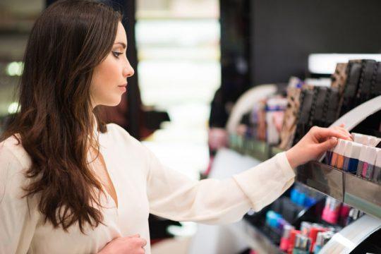 Žena nakupuje kozmetiku - Wellness Magazín