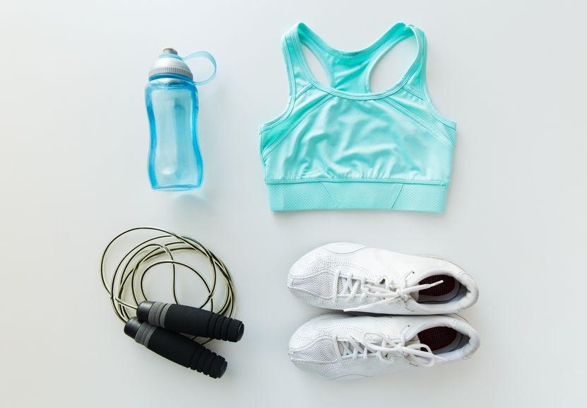 Švihadlo, tenisky, fľaša s vodou, športová podprsenka - Wellness Magazín