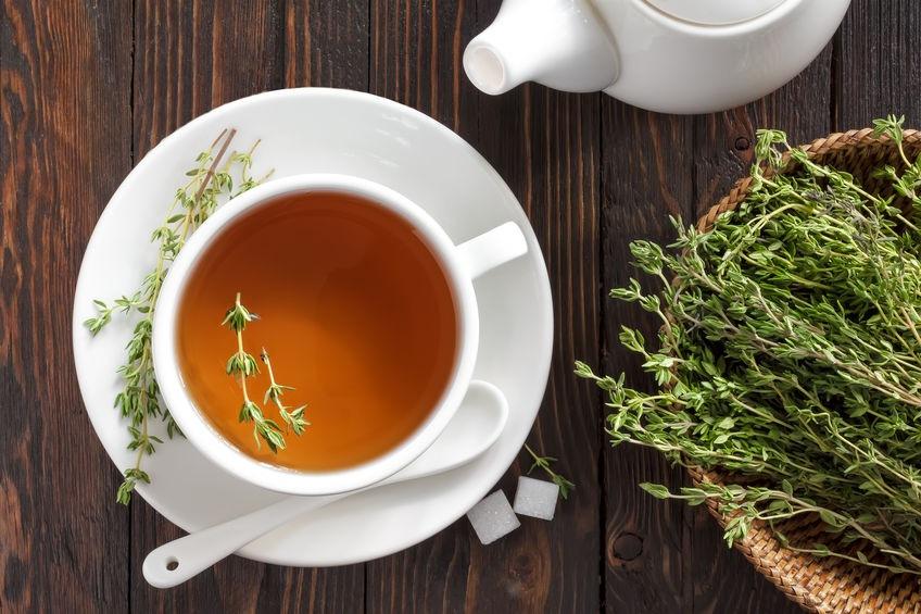 Tymianový čaj v šálke proti tráviacim ťažkostiam