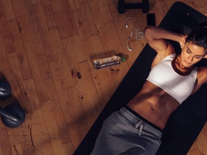Žena cvičí brušné svaly