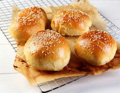 Domáce pečené žemle na hamburger na papieri na pečení - Wellness Magazín