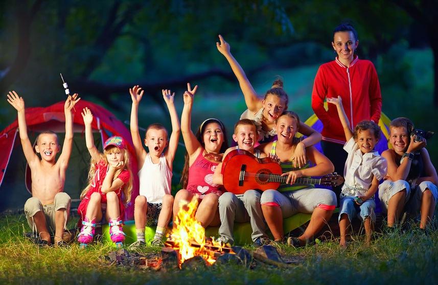 detský tábor večer pri ohni