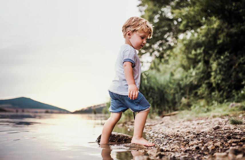 Deťom chôdza naboso tvoruje klenbu nohy, preto je vhodné ich na ňu učiť už odmalička