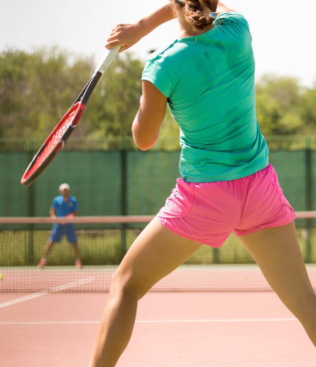 žena hrá tenis