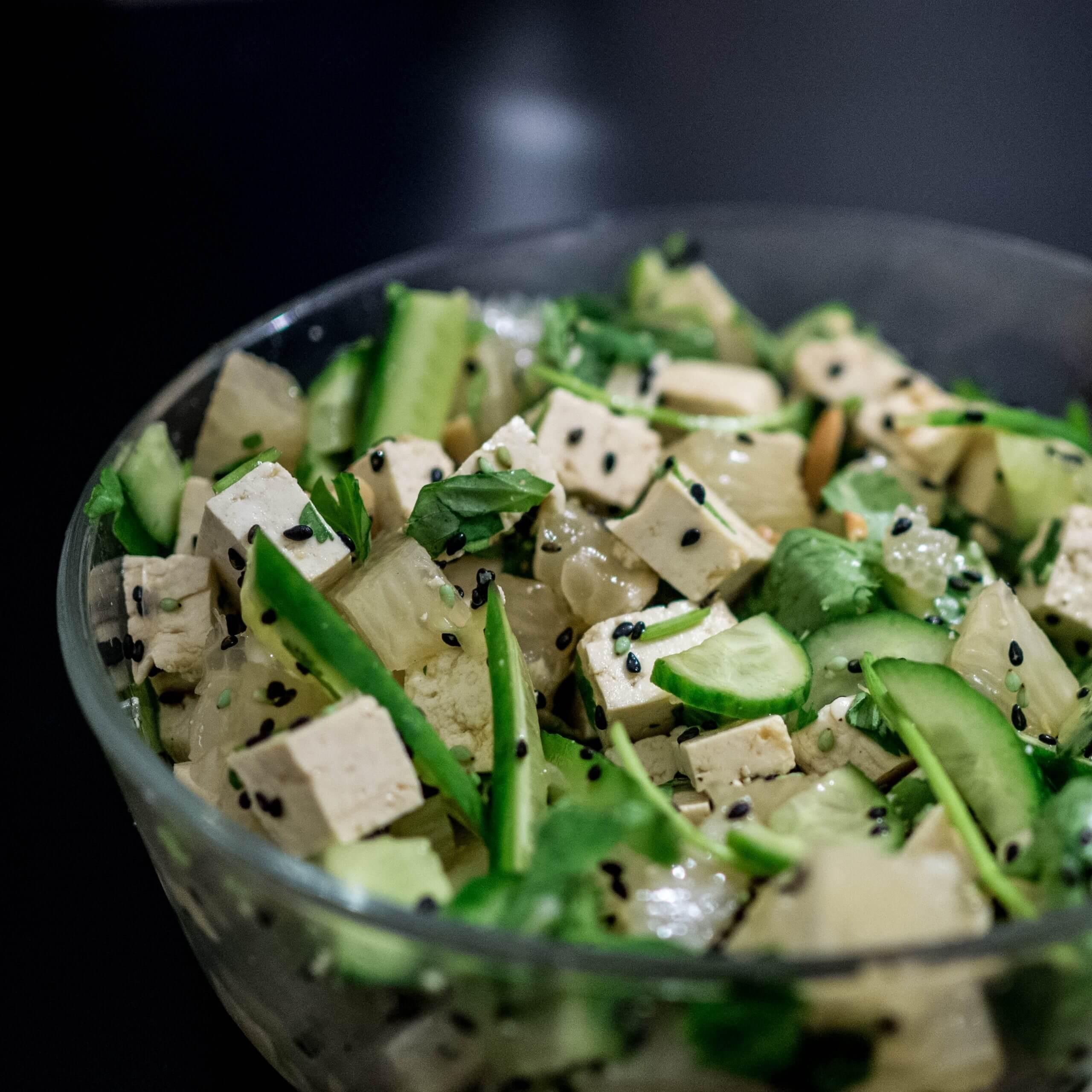 Šalát z tofu so zeleninou a sezamovými zrniečkami