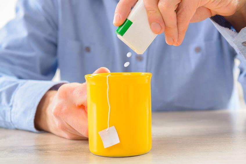 sladenie čaju stéviou v malých tabletách