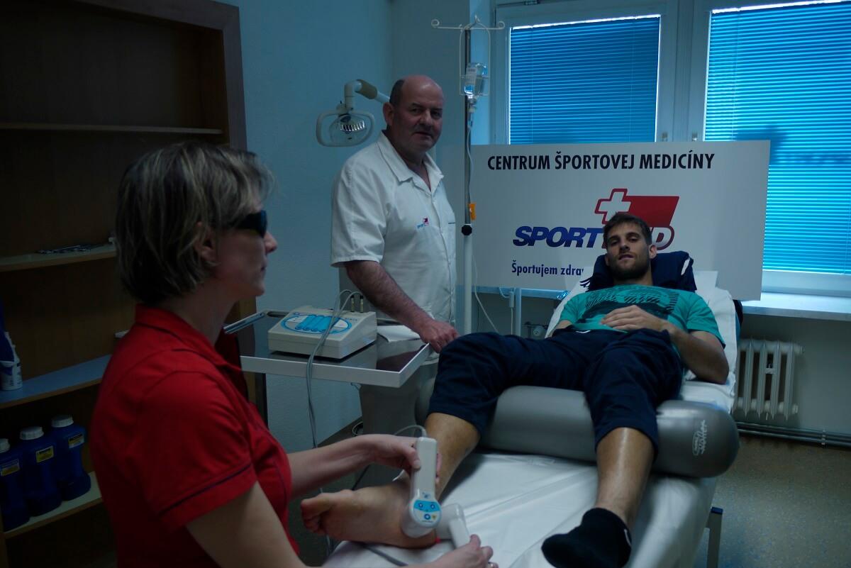 Martin Kližan na vyšetrení na artŕozu v Sportmed