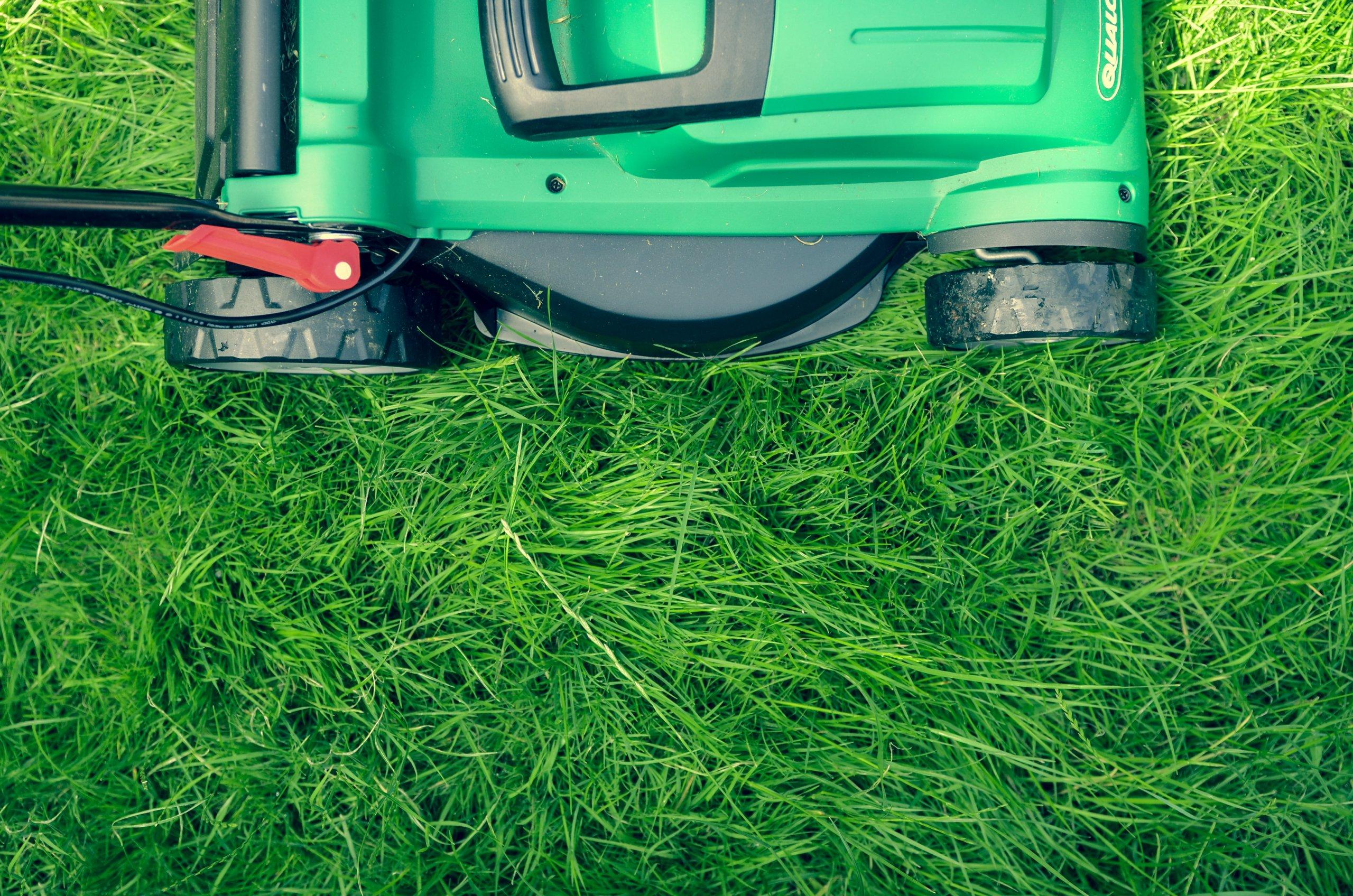 kosenie trávnika predstavuje nebezepčnú aktivitu pre deti