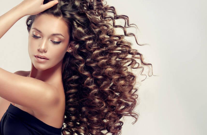 Nesprávnou starostlivosťou o kučeravé vlasy ich môžete poškodiť