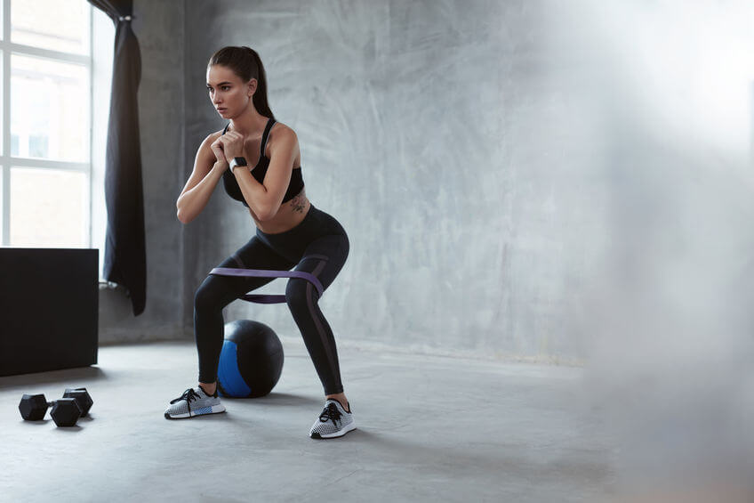 Guma na cvičenie sa dá využiť naozaj na rôzne cviky, ako napr. drepovanie s odporom