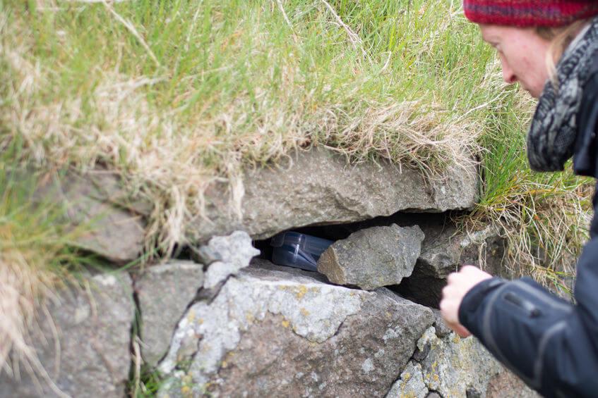 """Geocache alebo tzv """"keška"""" môže byť ukrytá aj napríklad v skale či pod kameňmi"""