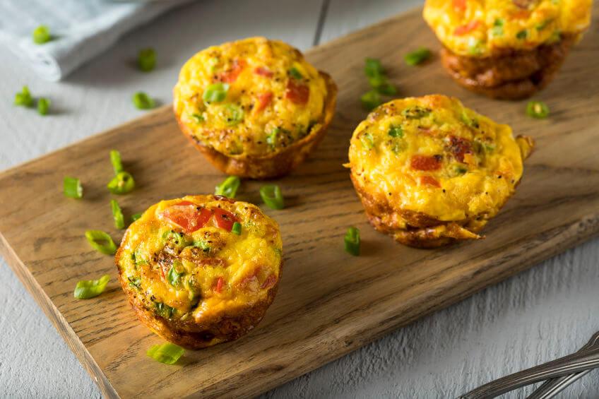 Zapečené paradajkovo vajíčkové muffiny ako chuťovka na piknik