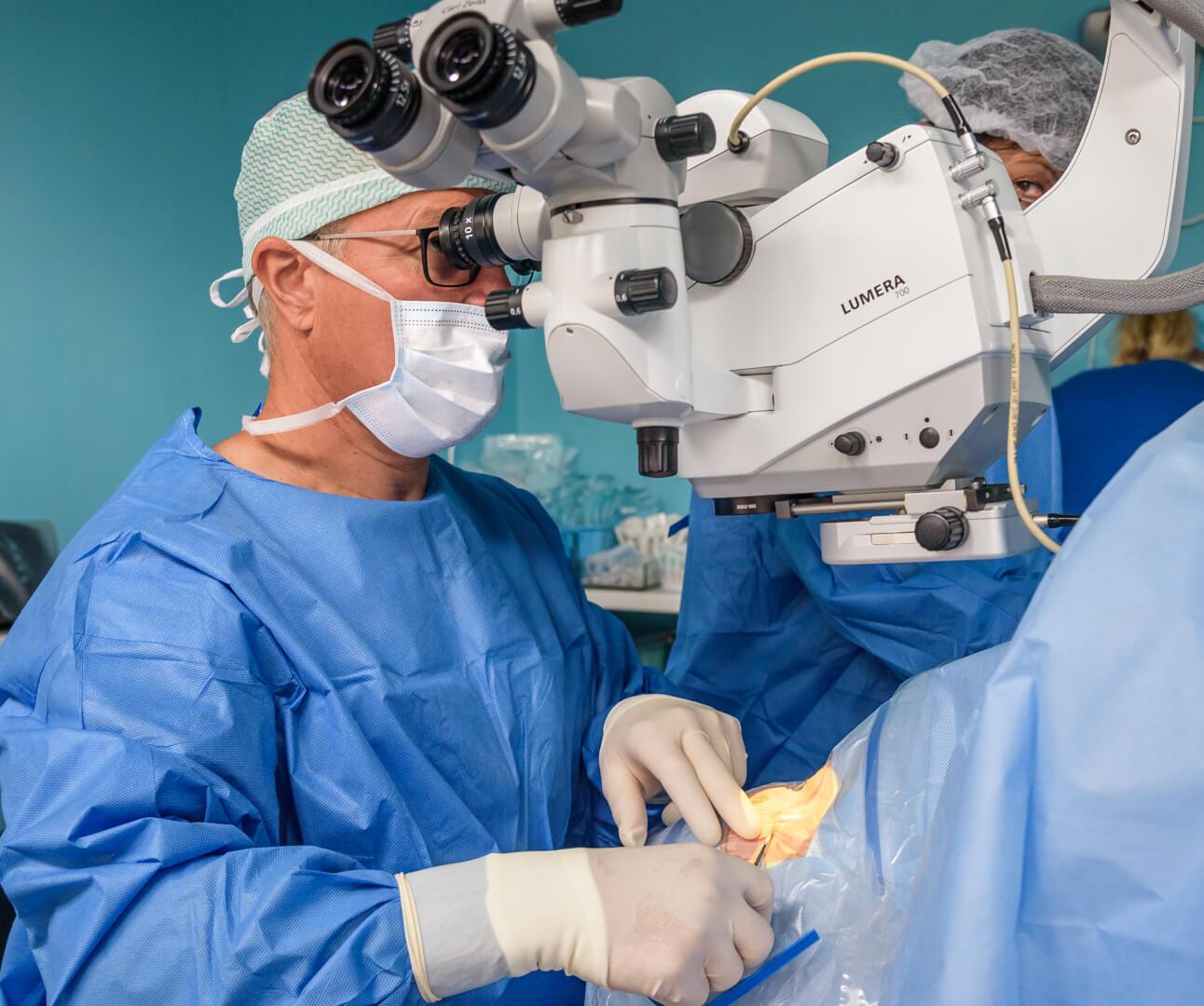 Dr. Peter Böhm vykonáva operačný zákrok sivého zákalu.