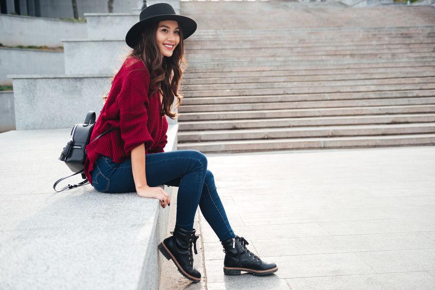 Čierny ženský fedora klobúk k vhodnému outfitu do každého počasia.