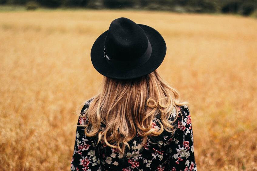 Ženský čierny plstený klobúk v štýle cowboy sa hodí aj k letnému outfitu.