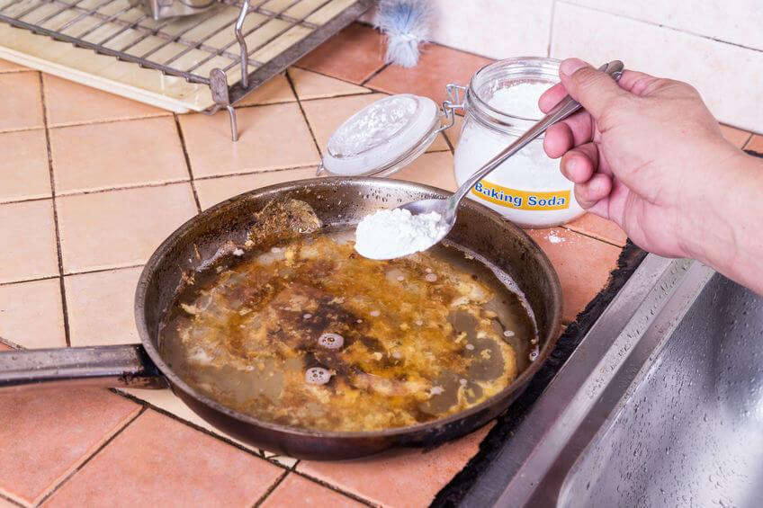 Na odstránenie pripálenín pomôže aj jedlá sóda.