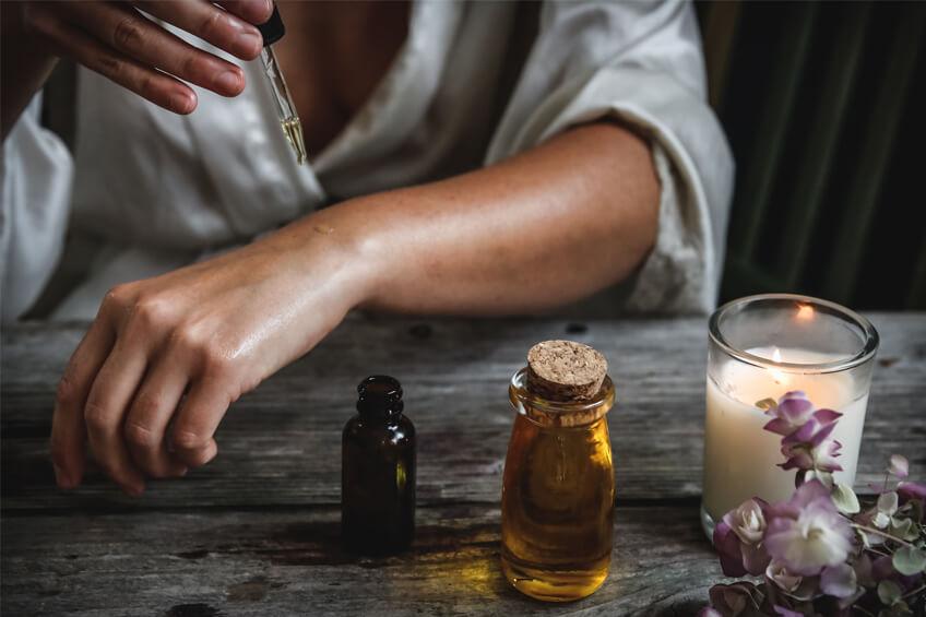 Aplikácia ricínového oleja na pokožku.