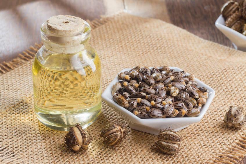 Ricínový olej a plody ricínu obyčajného.