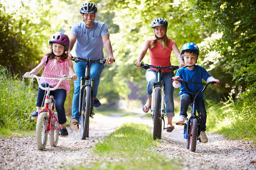 Rodina sa bicykluje.